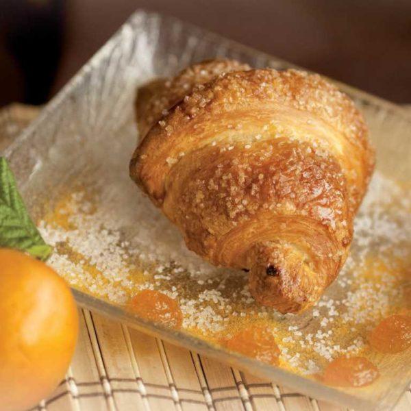 Croissant alla marmella di albicocca con impasto di burro e uova.