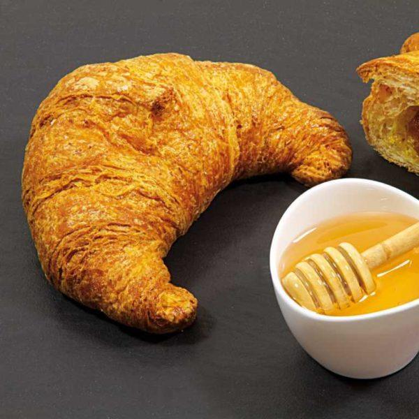 Cornetto integrale prelievitato con impasto al burro e margarina. Ripieno di mele e miele.