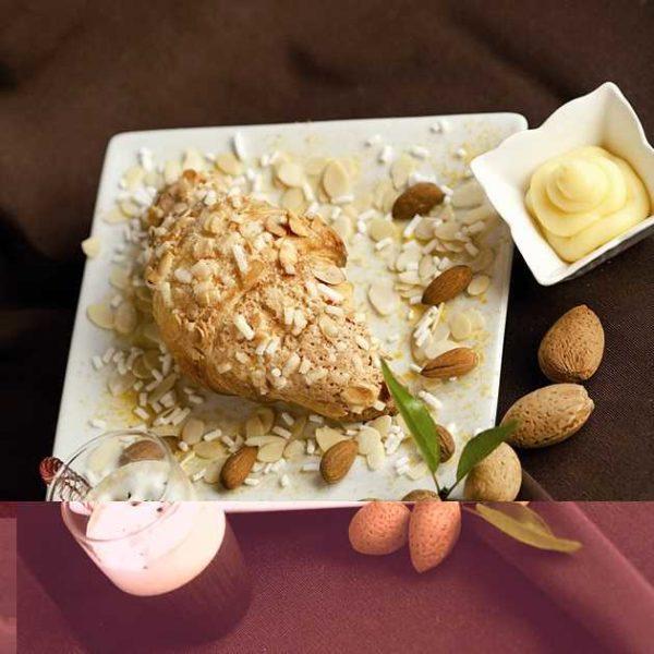 Croissant con copertura mandorlata e ripieno di crema pasticcera