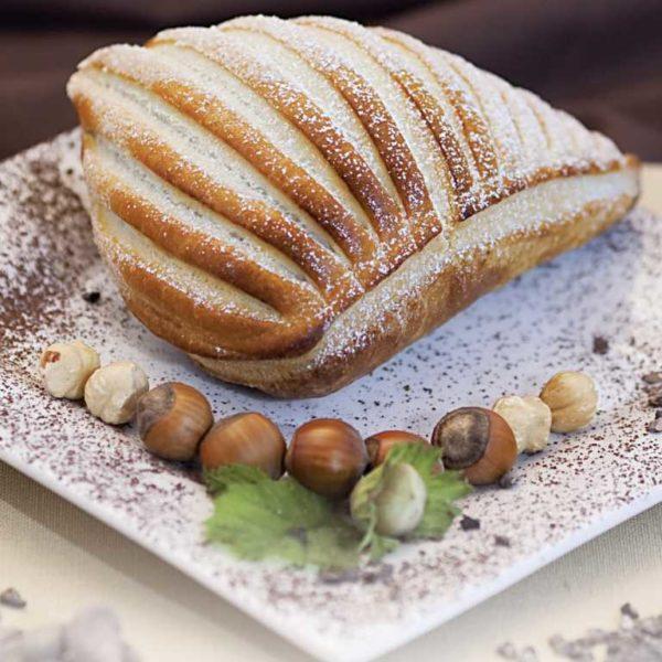 Il classico panzerotto al cioccolato: un doppio strato di sfoglia che racchiude all'interno un ripieno di crema di cioccolato e nocciole. Spolverare con zucchero a velo per avere un tocco di magia in più!
