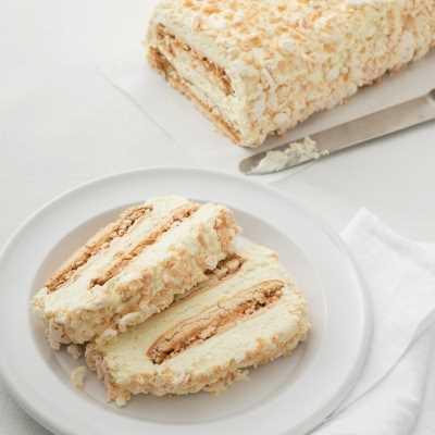 Meringa farcita con crema al gusto vaniglia.