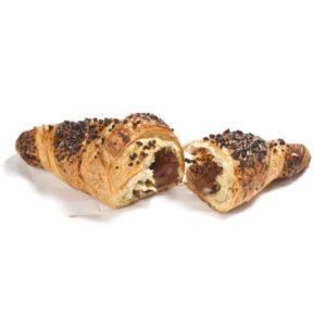 Croissant dritto con impasto al burro e ricca farcitura di crema di cacao e nocciole. Il topping è tutto di scaglie di cioccolato!