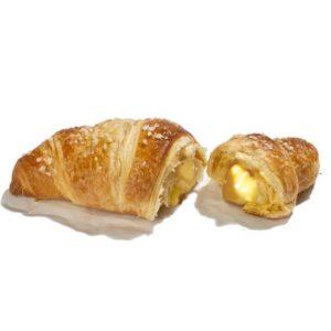 Croissant francese al burro con ripieno di crema e topping di zucchero.