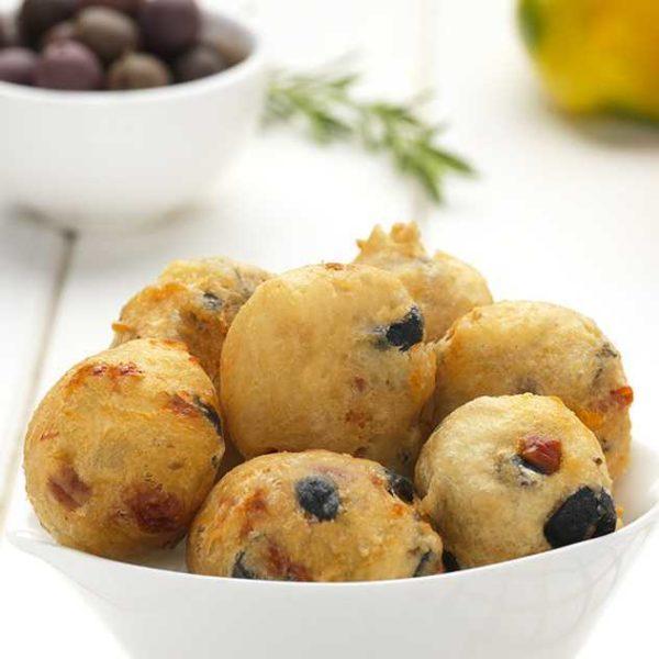 Frittelle di pasta lievitata con ripieno di olive nere e peperoni.