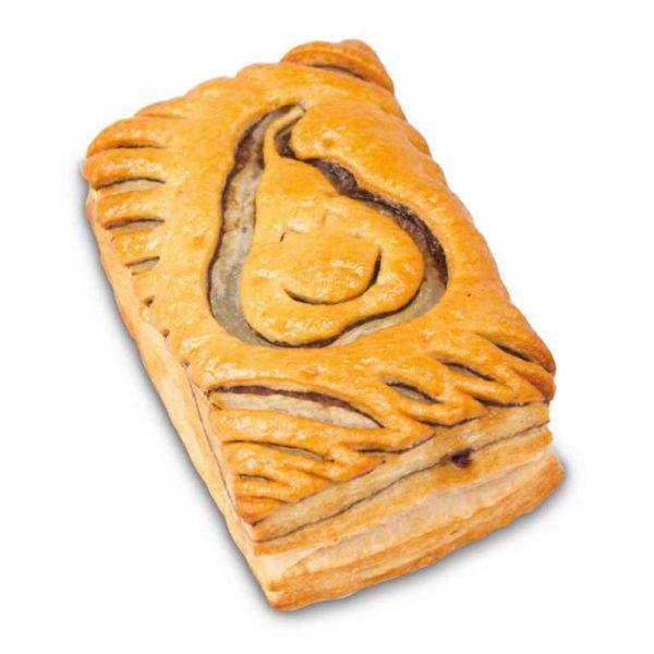 Pasta sfoglia rettangolare con decorazione di una piccola pera sorridente
