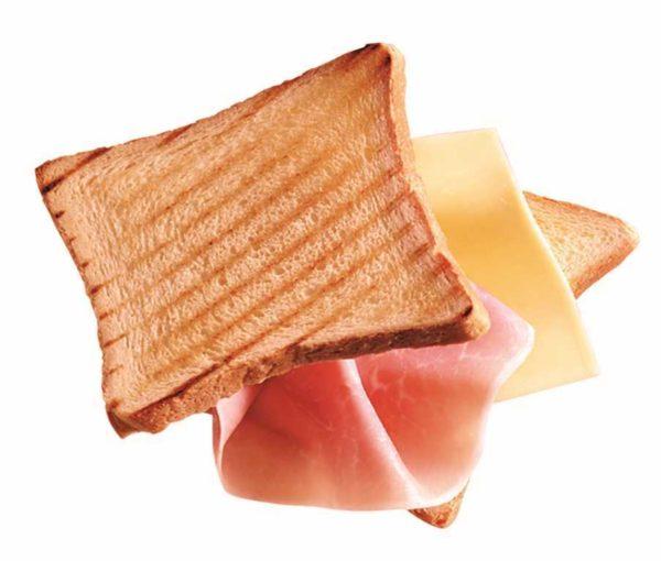 Toast farcito con prosciutto cotto e formaggio Edamer.