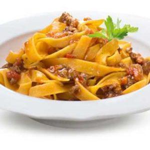 Tagliatelle alla bolognose con pasta di salsiccia di suino e pancetta.