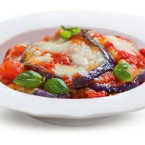 Melanzane alla parmigiana tradizionali con pomodoro e mozzarella.