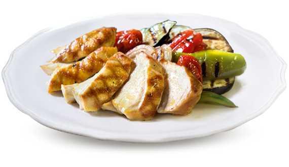 Preparazione gastronomica a base di petto di pollo con verdure grigliate.