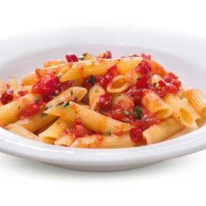 Penne all'arrabbiata con salsa di pomodoro piccante e olio extravergine di oliva.