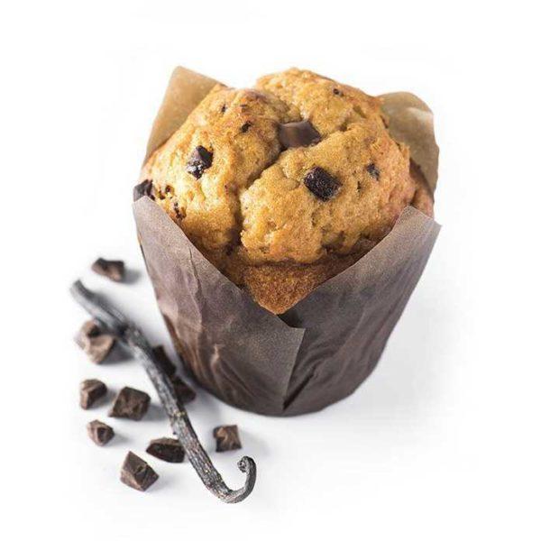 Muffin con impasto alla stracciatella e pezzi di cioccolato all'interno.