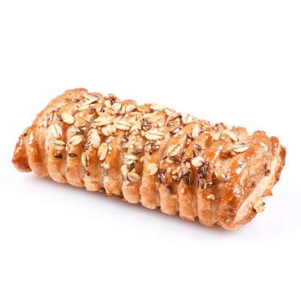 Croissant alla margarina con confettura di fichi e noci tostate a pezzi