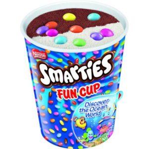Coppetta di felato al cacao e alla vaniglia con Smarties. Ideale per bambini. Con sorpresa nel fondo coppetta.