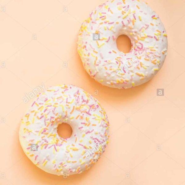Morbida ciambella americana glassata alla vaniglia con codette di zucchero colorato.
