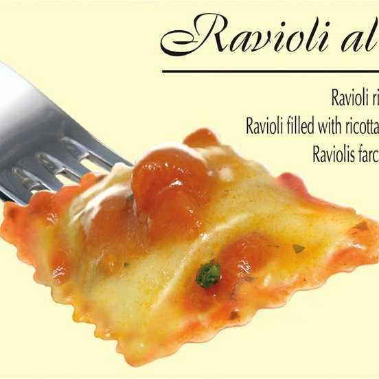 Ravioli di pasta fresca all'uovo con ripieno di ricotta e spinaci e sugo al pomodoro e basilico.