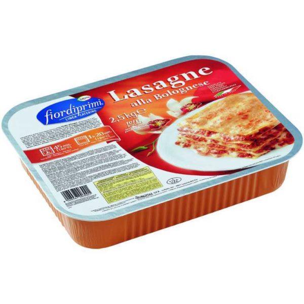 Vassoio di pasta fresca all'uovo precotta con besciamella e ragù di carne. Versione catering