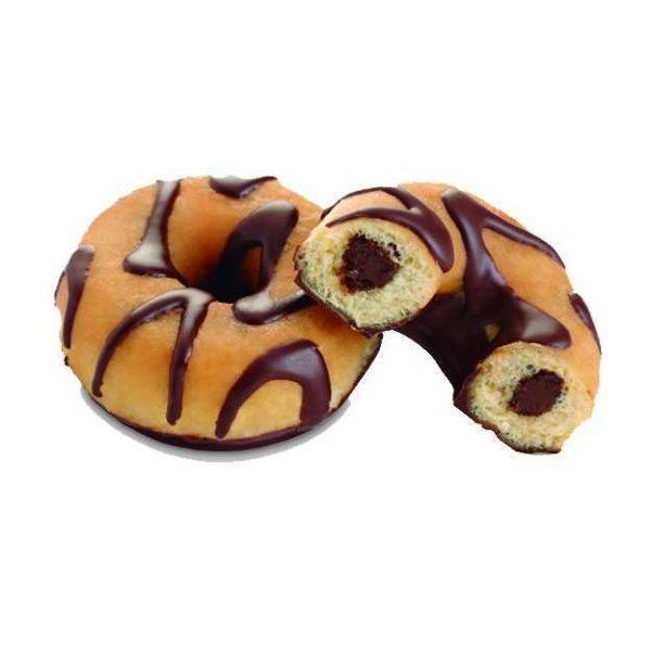 Soffice donut con cioccolato all'interno e decorato con strisce di cioccolato e nocciola.