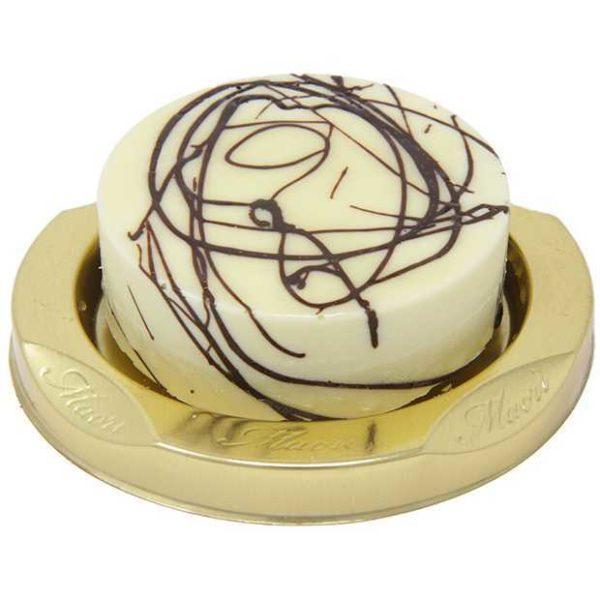 Mousse al cioccolato bianco con interno di scaglie di cioccolato fondente e pan di spagna al cioccolato con croccantino al riso soffiato. Monoporzione.