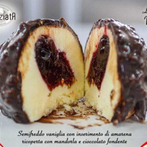 Semifreddo alla vaniglia con variegato all'amarena e glassa di cioccolato.