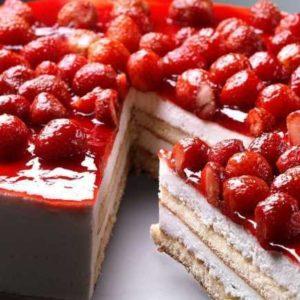 Pan di Spagna con crema di formaggio e fragoline
