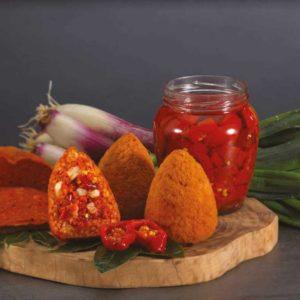 La forza della n'duja si unisce al profumo del pomodoro in un'esplosione di sapori mediterranei. Una bomba di gusto piccante per i culturi della cucina del Sud e per chi ama emozioni intense a tavola.