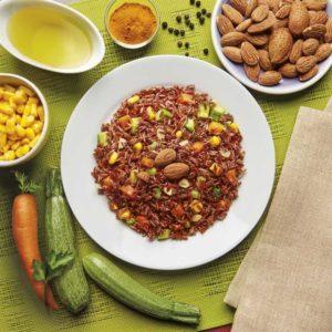 Insalata di riso integrale rosso con verdure e curcuma. Preparato in busta.