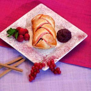 Doppio strato di sfoglia tradizionale al lampone intrecciata a mano che racchiude un ripieno di confettura ai lamponi e frutti rossi.