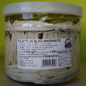 Filetti di alici marinate in vaso di vetro.