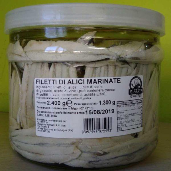 Filetti di alici marinate in vaso di vetro.