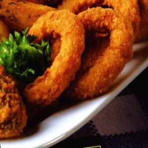 Deliziosi e delicati anelli di cipolla pastellati: croccanti e sfiziosi fuori