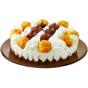 Torta gelato ai gusti panna e cacao con bignè e ciuffi di gelato alla panna in decorazione