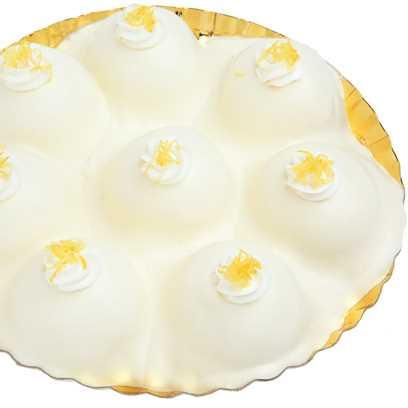 """Torta di pan di spagna con crema pasticcera al succo di limone e ricoperto con una salsa di bucce di """"limone costa d'Amalfi IGP""""."""