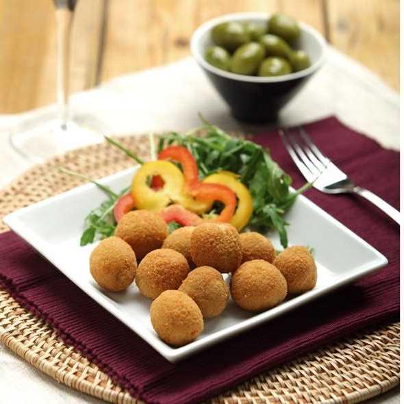 Selezionate olive verdi giganti farcite con ripieno di carne