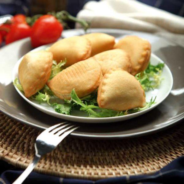 Calzoncini in pasta di pizza ripieni in 6 versioni: Pomodoro e Mozzarella