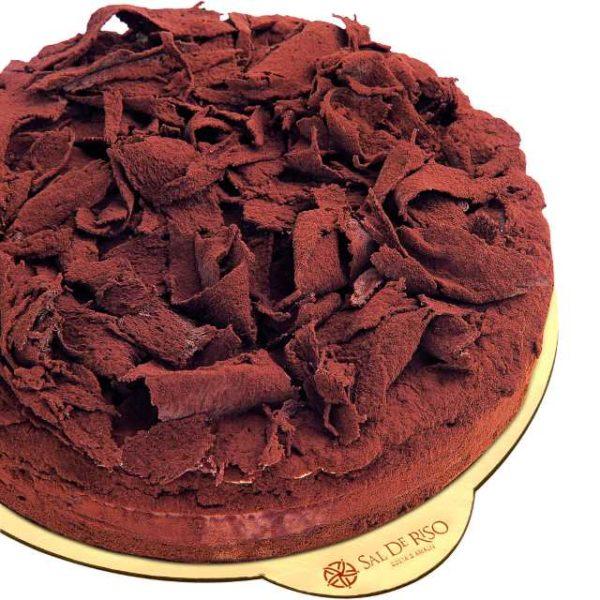Pan di spagna al cacao bagnato con liquore e farcito con mousse di cioccolato fondente