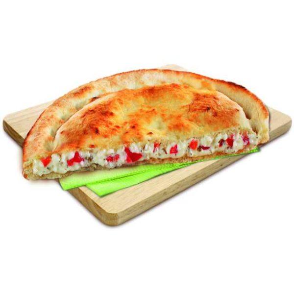 Focaccia caprese farcita con pomodoro e mozzarella.
