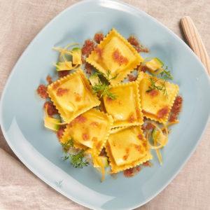 Pasta fresca surgelata con la forma di margherita con ripieno di pesce (mostella