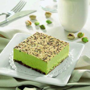 Delizioso semifreddo al pistacchio adagiato su granella di meringa al cacao e decorato con puro cioccolato fondente.
