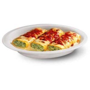 Cannelloni con ripieno di ricotta e spinaci e salsa di besciamella e pomodoro.