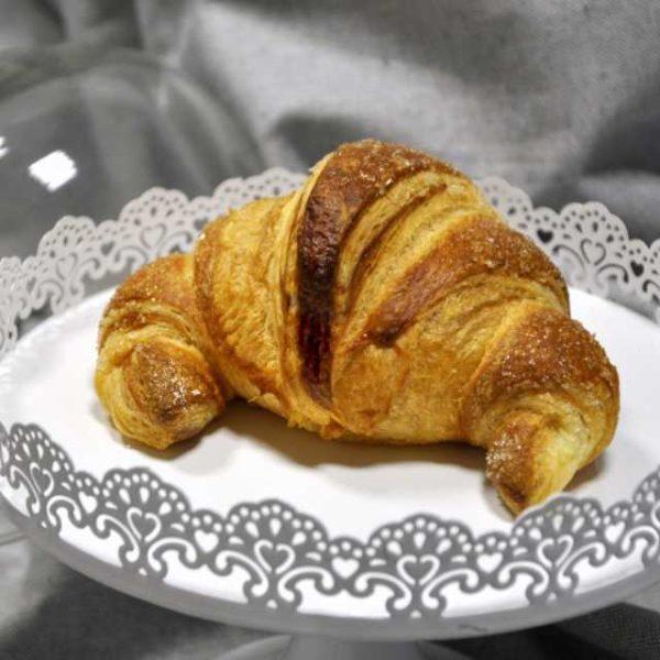 Croissant artigianale di pasta lievitata con farcitura alla crema