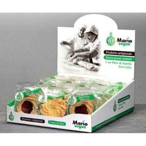 Espositore con crostatina all'albicocca e biscotto di frolla. Prodotto vegano.