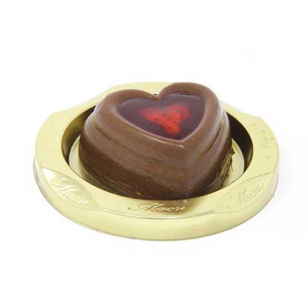 Mousse al cioccolato fondente a forma di cuore con interno di nocciola