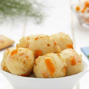 Frittelle di pasta lievitata con polpa di pesce al gusto granchio.