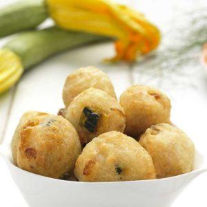 Frittelle di pasta lievitata con zucchine e gamberetti.