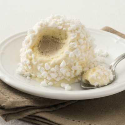 Gelato semifreddo allo zabaione con cuore di gelato al caffé decorato con granella di meringa