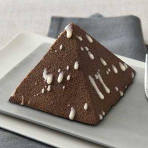 Mousse al cioccolato con un cuore di croccante alle nocciole su un biscotto al cacao