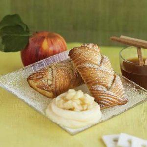 Pasta sfoglia croccante intrecciata a mano con ripieno di pere e cioccolato.